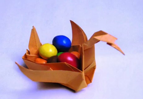 В необычной оригами корзинке в