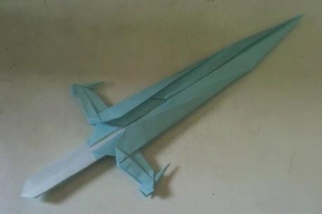 складывать оригами меч.